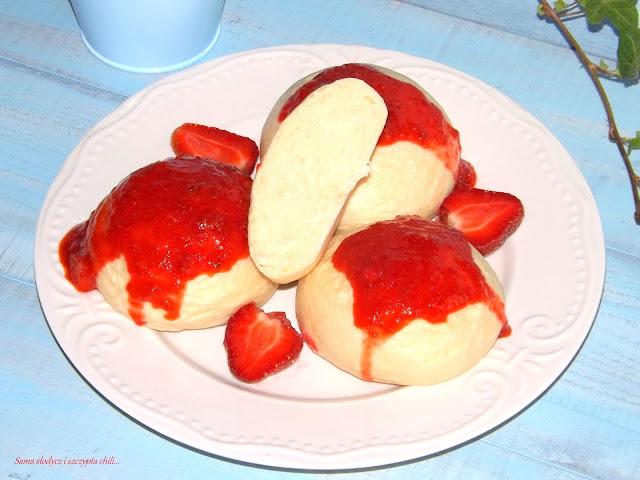 Bułki na parze z truskawkami.