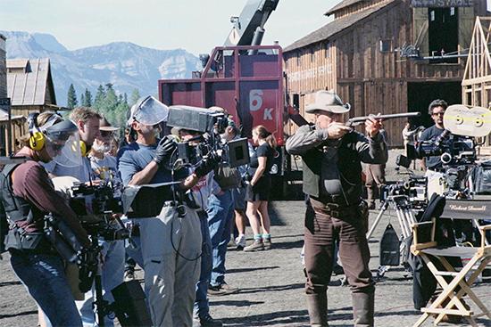 Escena de rodaje de Open Range con Robert Duvall disparando