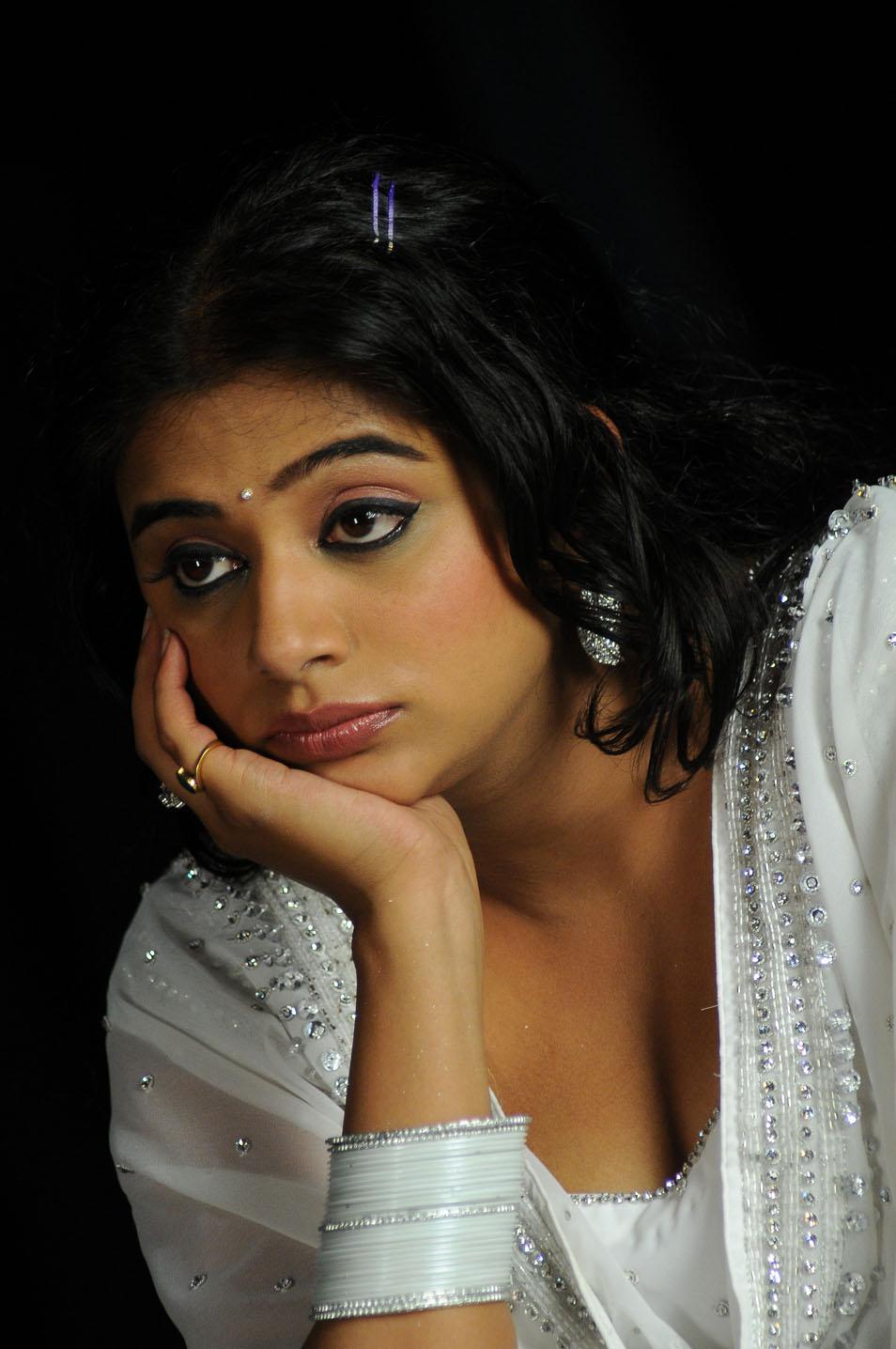 Genelia Cute Wallpaper Priyamani Telugu Cute Actress Latest Stills Hot Photos