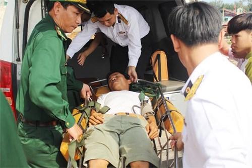 Đưa bệnh nhân về huyện đảo Lý Sơn.