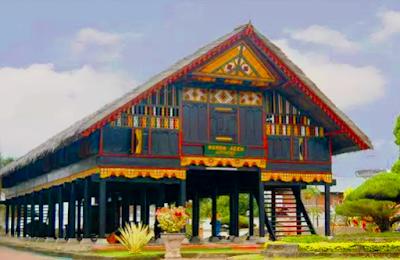 Provinsi Nanggro Aceh Darussalam  Rumah Adat Provinsi Nanggro Aceh Darussalam ini sangat luas dan panjang, memiliki tiang yang puluhan jumlahnya dan tegolong tinggi.