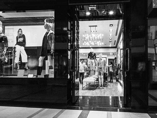 Imagen B&W de un local de ropa en shopping