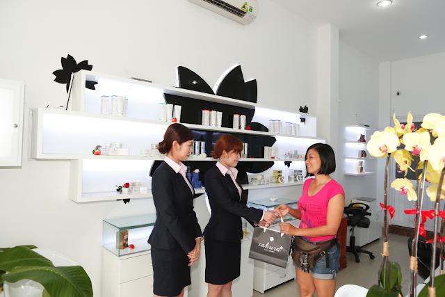 Chào đón niềm nỡ với khách hàng của nhân viên công ty Mỹ Phẩm Hoa Anh Đào