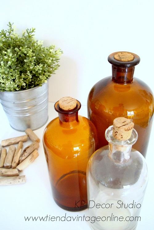 Botes y botellas antiguas de farmacia, herboristería y consulta médica