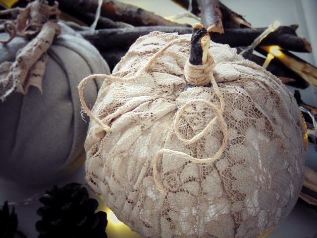 Materiałowe dynie na konstrukcji z papier-mâché