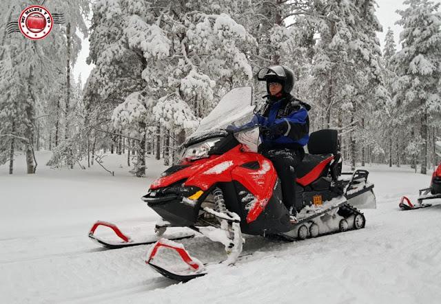 Montando en moto de nieve - Laponia Finlandesa