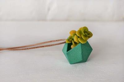 Joya impresa en 3D integrada con planta viva en miniatura