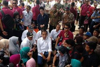 Presiden Jokowi ketika berdiskusi dengan warga korban tsunami di Lampung Selatan. - Foto/Tribunnews.com