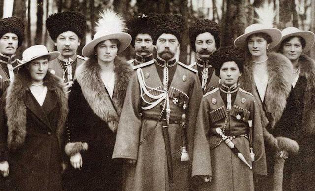 Esquerda para a direita: Anastasia, Tatiana, Nicolau, Alexei Olga e Maria