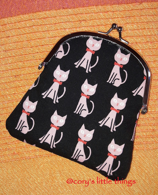 funny cats kiss lock pouch