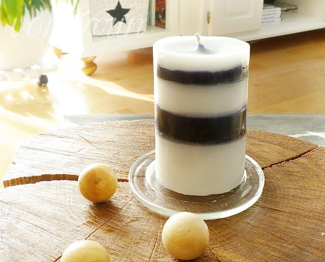 Schwarz-weiss gestreifte Kerze als Deko im Wohnzimmer
