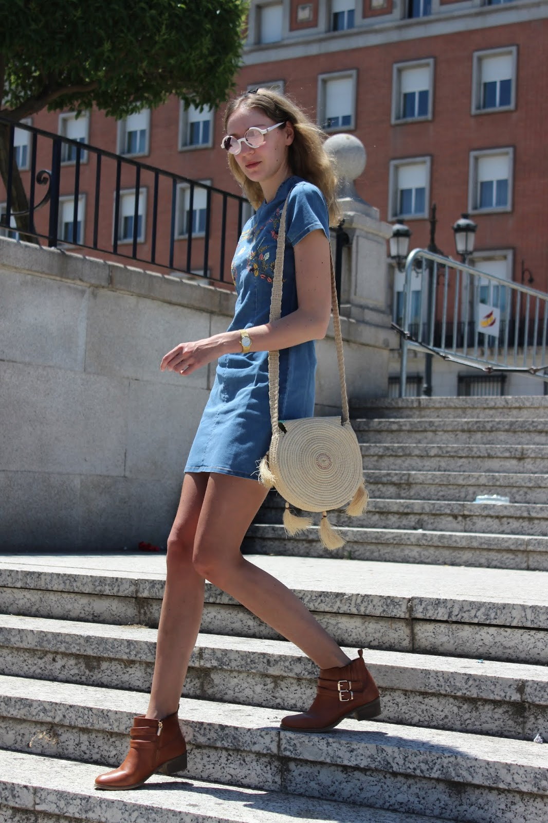 denim-street-style-inside-dress-raffia-round-bag