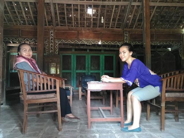 Iyang Amini dan Intan di rumah masa kecil Kakung