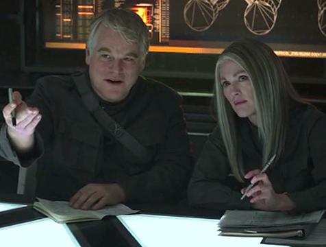 Plutarch Heavensbee (Philip Seymour Hoffman) y Alma Coin (Julianne Moore) en Los juegos del hambre. Sinsajo parte 1 - Cine de Escritor