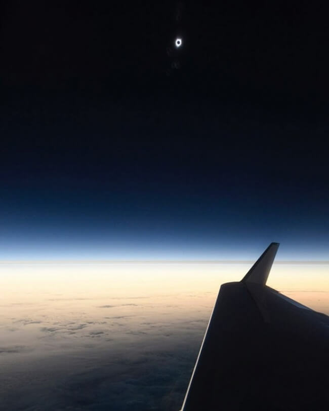 22 Breathtaking Images Of Things You've Never Seen Before - Eclipse from an airplane