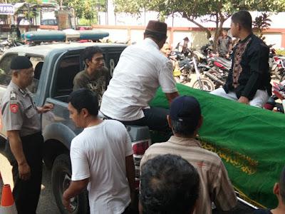 Jaga Komunikasi dengan Masyarakat, Polsek Rengasdengklok Antar Jenazah Warga ke Pemakaman