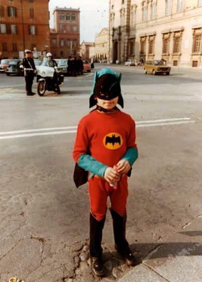 niño con disfraz casero de batman