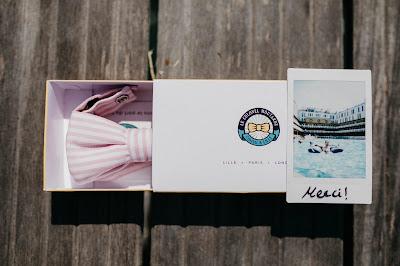 Caja con una pajarita de regalo y una tarjeta de agradecimiento