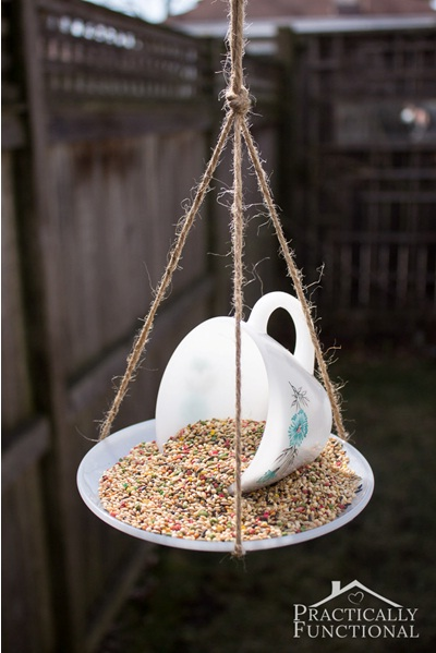 Membuat bird feeder dari cangkir teh dan teko bekas tidak sulit sama sekali. Cara paling sederhana adalah menggunakan tali untuk menggantung cangkir dan tatakannya.