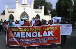 aksi pedagang pasar klewer di depan Masjid Adung Solo