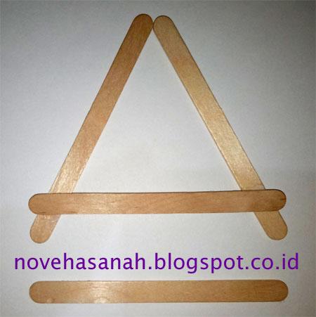 cara membuat prakarya dari stik es krim berbentuk penyangga atau dudukan HP yang mudah untuk anak SD membentuk segitiga dan huruf A