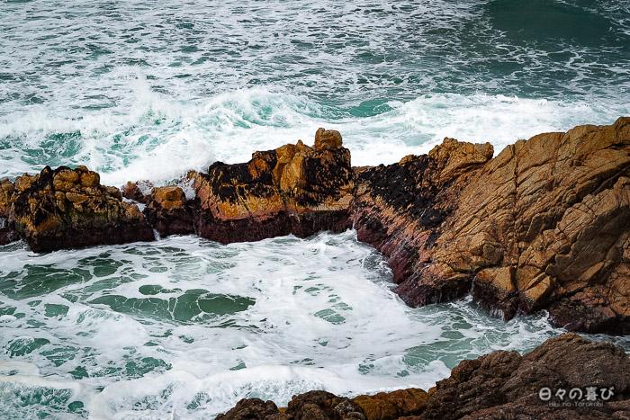 rochers battus par les vagues et l'écume