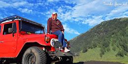 mengarungi lautan pasir bromo menggunakan jeep wisata