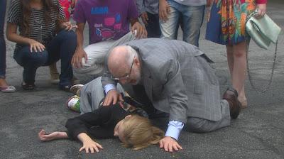 Na foto: Fortunato desesperado ao encontrar Priscila após o atropelamento. Crédito: Divulgação/SBT