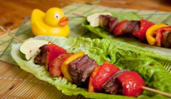 Brochette de carne y verdura al horno