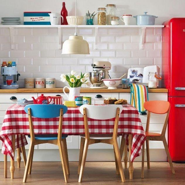 cozinha com prateleira  armarios brancos madeira clara geladeira vermelha
