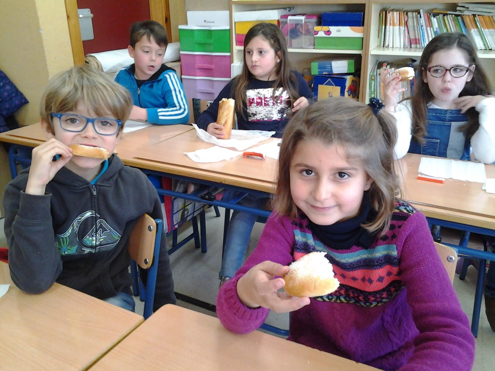 Amanda y luna ayudan a un compañero de clase 9