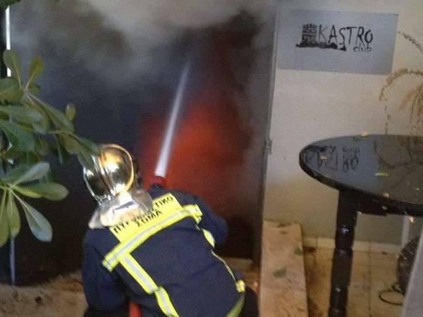 Κορινθία: Μεγάλες καταστροφές από τη φωτιά σε κλαμπ στα Καρυώτικα Ξυλοκάστρου (φώτο)
