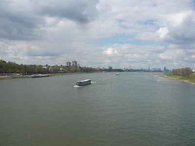 Blick in Richtung Kölner Innenstadt von einer Rheinbrücke aus gesehen