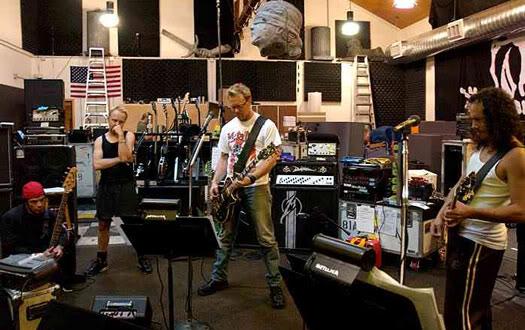 'tallica jammeando e lá no canto, Robert Trujillo, o novo candidato a bass hero