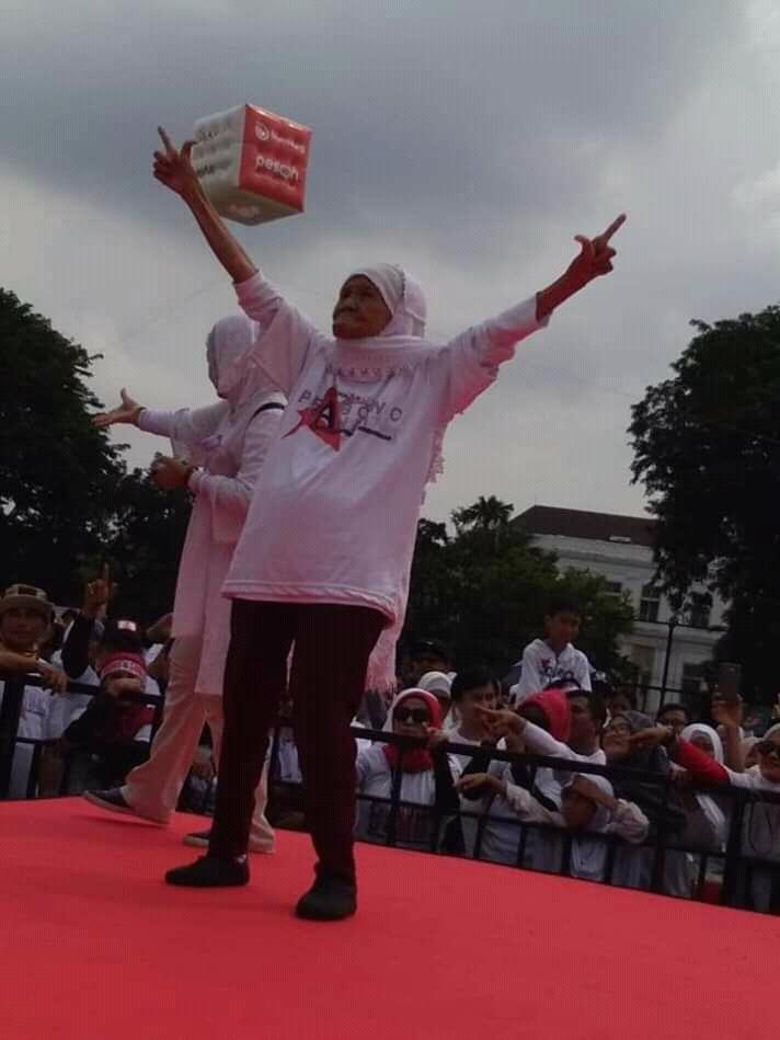 Heboh 2 Foto Kakek-Nenek Saat Jalan Sehat Bersama Prabowo