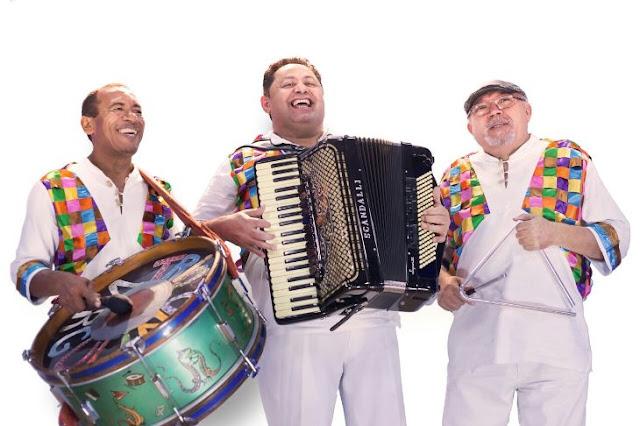 Formado por Enok Virgulino (sanfona), Adelmo Nascimento (triângulo) e Roberto Pinheiro, (zabumba) o Trio Virgulino faz parte da história do forró. (Foto: Divulgação)