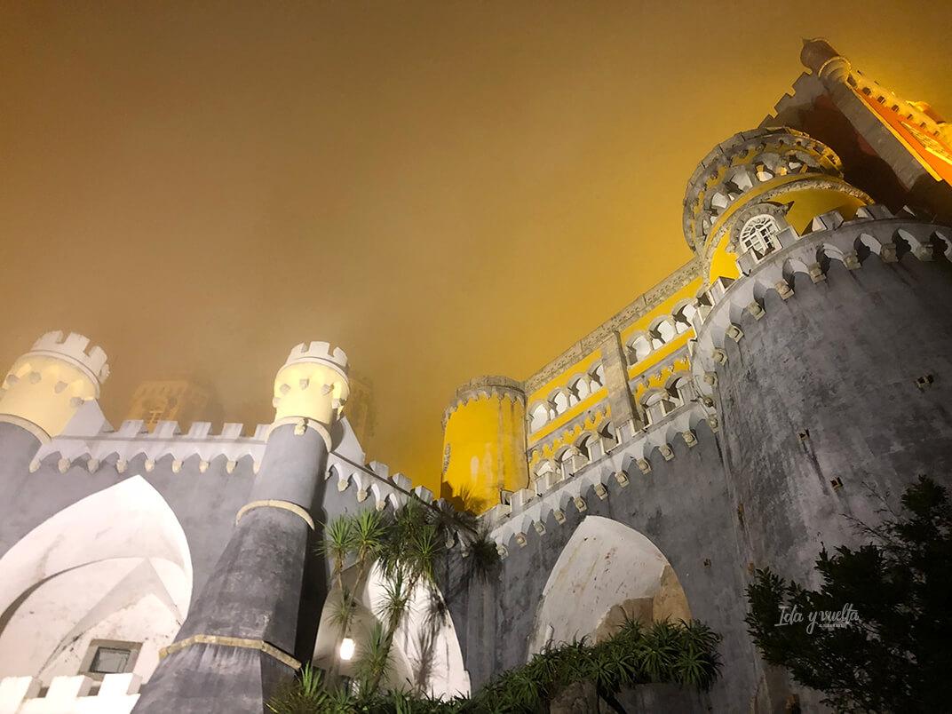 Palacio da Pena, exterior en la niebla
