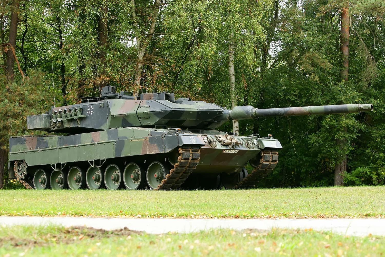 Modern Army: Leopard 2  Modern Army: Le...