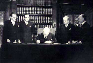 Capo-dello-Stato-Enrico-De-Nicola-firma-Costituzione-italiana-27-dicembre-1947