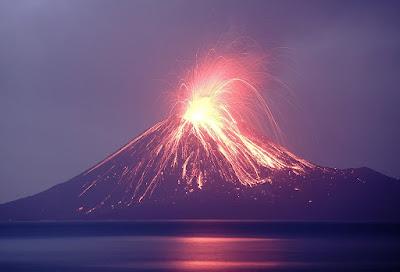"""Misteri Nusantara.Ledakan Gunung Krakatau Purba pada abad ke-5 melahirkan Selat Sunda dan konon membelah Pulau Jawa sehingga memunculkan Sumatra.Benarkah demikian?     Misteri Nusantara Lahirnya Pulau Sumatra(Sumatera)   dikutip dari tirto.id  Meletusnya Gunung Krakatau yang memicu tsunami besar pada 1883 dan menelan puluhan ribu korban jiwa ternyata bukan peristiwa erupsi terbesar gunung yang tertanam di Selat Sunda ini. Jauh sebelumnya, Gunung Krakatau Purba pernah meledak amat hebat. Efeknya konon sampai membelah Pulau Jawa dan melahirkan Pulau Sumatra (Sumatera).    Dalam naskah Jawa kuno bertajuk Pustaka Raja Parwa, diperkirakan ditulis pada awal abad ke-5 M, tertulis: """"Ada suara guntur yang menggelegar berasal dari Gunung Batuwara. Ada pula goncangan bumi yang menakutkan, kegelapan total, petir dan kilat. Kemudian datang badai angin dan hujan yang mengerikan dan seluruh badai menggelapkan seluruh dunia.""""    """"Sebuah banjir besar datang dari Gunung Batuwara dan mengalir ke timur menuju Gunung Kamula. Ketika air menenggelamkannya, Pulau Jawa terpisah menjadi dua, menciptakan Pulau Sumatra,"""" demikian catatan yang termaktub dalam naskah itu.    Baca Juga Misteri Nusantara Bayangan Hitam di Jalur Mantingan Ngawi    Berend George Escher, ahli geologi Belanda, menyimpulkan, Gunung Batuwara yang disebut dalam naskah kuno Pustaka Raja Parwa adalah Gunung Krakatau Purba. Guru Besar Universitas Leiden yang wafat pada 11 Oktober 1967 ini memang kerap meneliti gunung-gunung api di Nusantara, termasuk Krakatau, Kelud, Galunggung, Merapi, dan lainnya.   Krakatau Purba Meledak  Dampak letusan dahsyat Gunung Krakatau Purba dirasakan hingga ke berbagai penjuru dunia. Bahkan, simpul David Keys dalam risetnya bertajuk Catastrophe: An Investigation Into the Origins of the Modern World (2000), peristiwa vulkanik di Asia Tenggara itu terkait dengan bencana alam yang menyebabkan perubahan besar di Eropa selama abad ke-6 dan ke-7 M.  Tinggi Gunung Krakatau Purba lebih dari 2.000 meter """