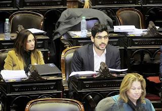 Tras casi seis horas de debate de una sesión maratónica, que se inició a las 12.30 del miércoles, la ley antidespidos, que tenía la media sanción del Senado, fue aprobada a las 5.46 por 147 votos afirmativos, 3 negativos y 88 abstenciones.