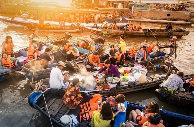 Chợ nổi Cái Răng nằm trên một nhánh của dòng sông Hậu (Cần Thơ). Không chỉ là nơi tập trung giao lưu mua bán, sinh hoạt của người dân trong vùng, đây còn là điểm thu hút đông đúc khách du lịch. Khi mặt trời còn chưa ló dạng, những chiếc ghe chở đầy ắp các món hàng hóa di chuyển ra chợ thì cũng là lúc thuyền máy chở du khách bắt đầu hành trình khám phá sông nước miền Tây.