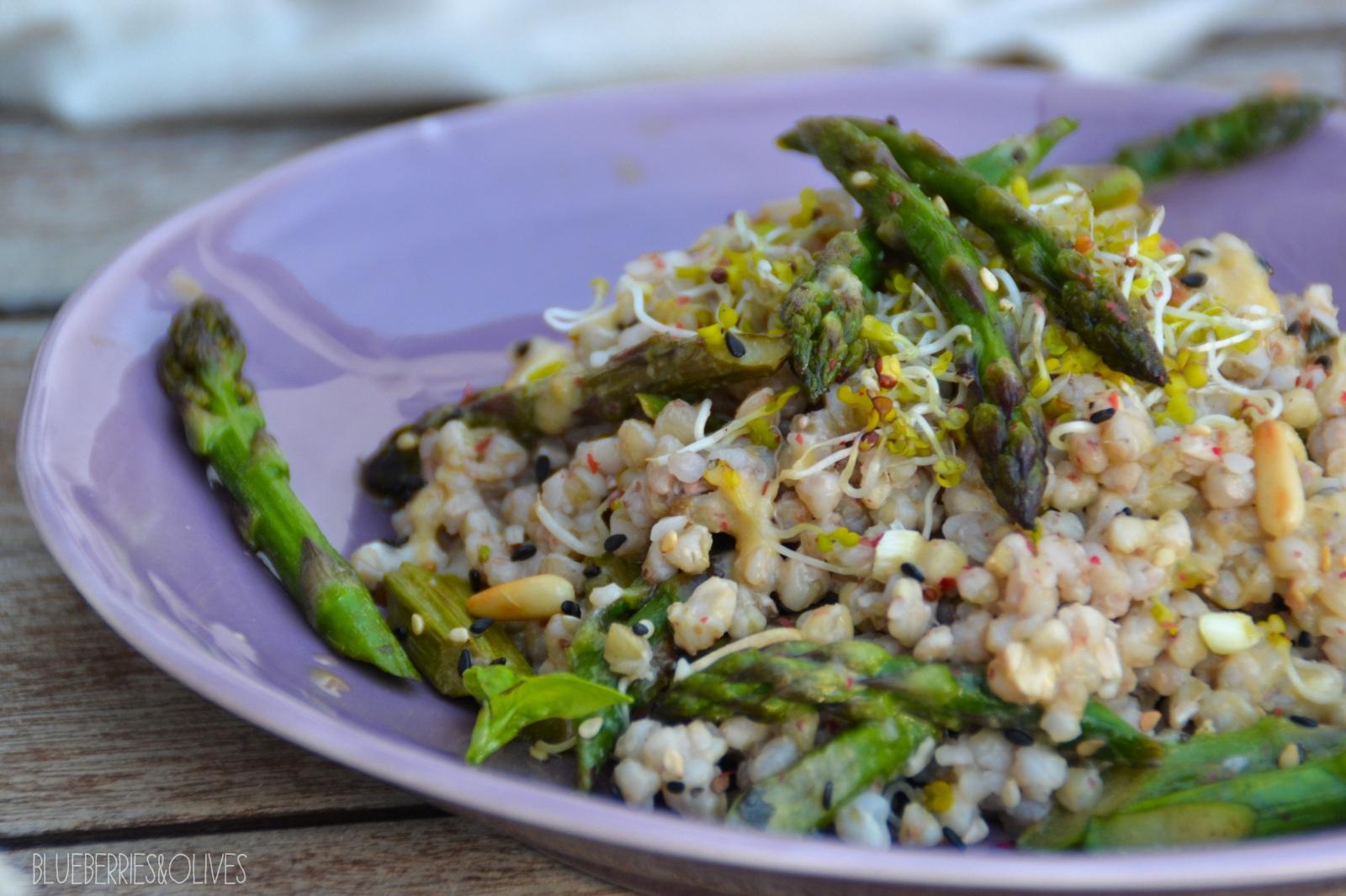 Ensalada de trigo sarraceno y espárragos con aderezo de tahini 1