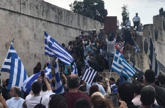 Έτρεχαν να γλυτώσουν οι βουλευτές μετά την προδοσία της Μακεδονίας (Βίντεο)