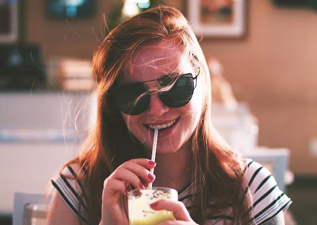 https://pixabay.com/pt/pessoas-menina-mulher-sorriso-2560872/