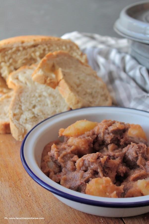 Piatto con spezzatino di manzo accompagnato da patate