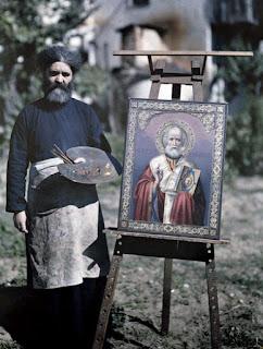 Μοναχός στο Άγιο Όρος, αγιογραφεί την εικόνα  του Αγίου Νικολάου στο Άγιο Όρος.