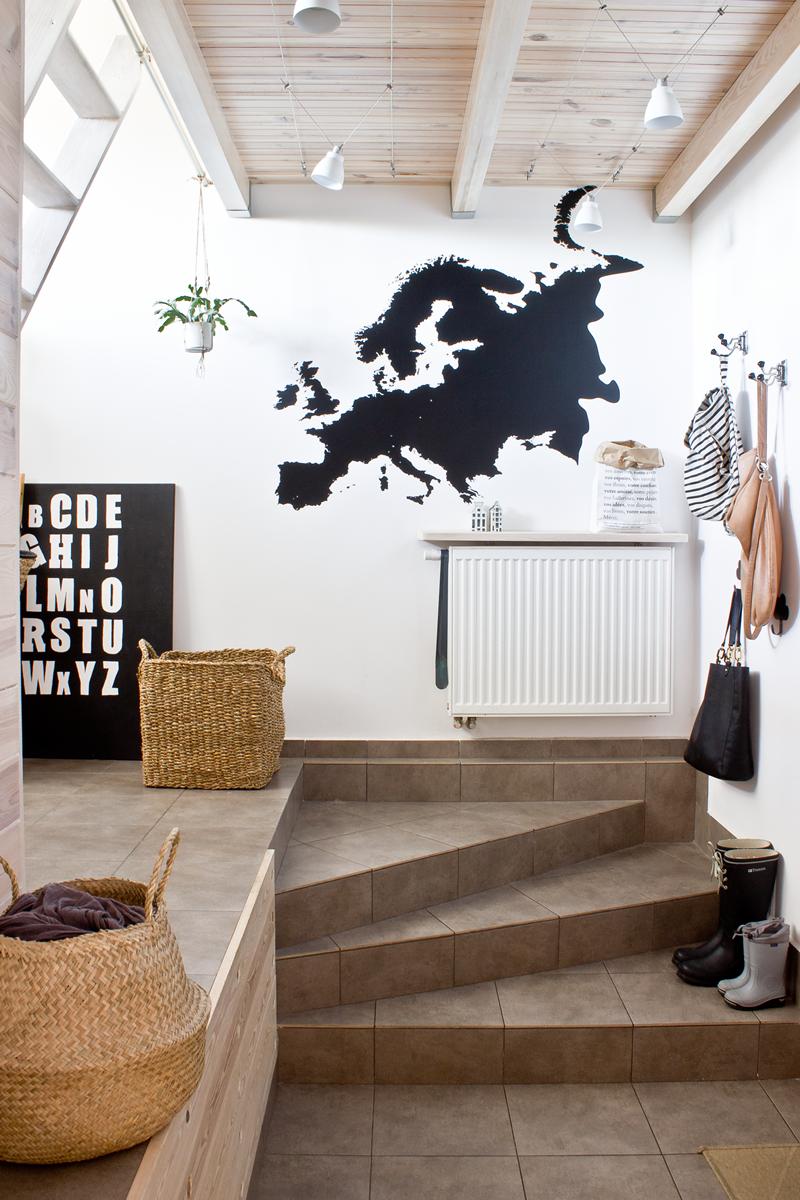 dekornik, naklejka na zamówienie, mapa Europy, mapa na ścianie, przedpokój, styl skandynawski, mieszkanie z antresolą, czy obudowywać grzejnik, torba papierowa