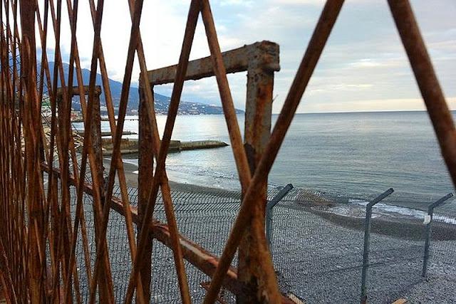 синеет море за забором