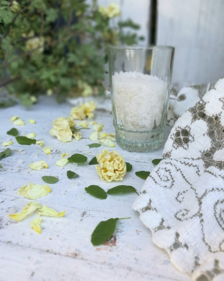 ruusunterälehtijalkakylpy